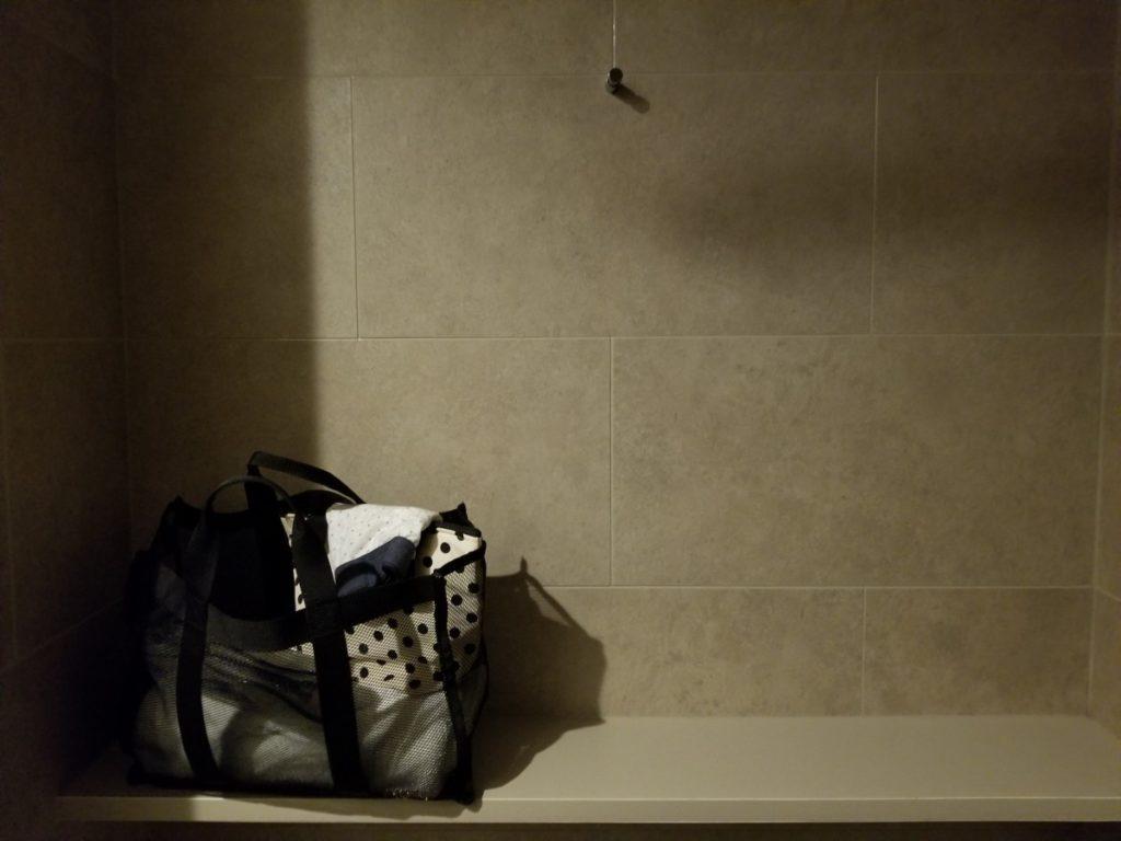 シャワールームの棚