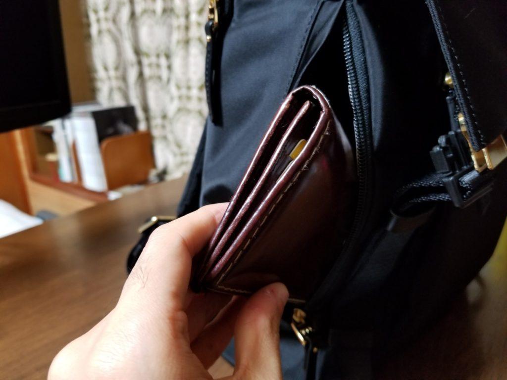 サイドから財布を取り出し